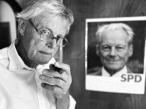 Fotograf Müller blickt in die Kamera meines Kollegen Janko Tietz. Willy Brandt blickte in die Kamera Müllers.