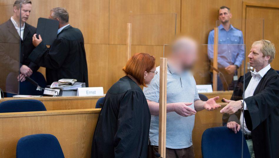 Angeklagter Markus H. zwischen seinen Verteidigern: War er am Tatort? Wartete er in der Nähe?
