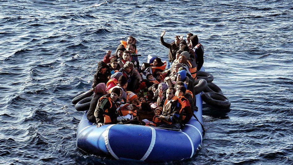 Über die Ägäis nach Griechenland: Flüchtlinge in Schlauchboot