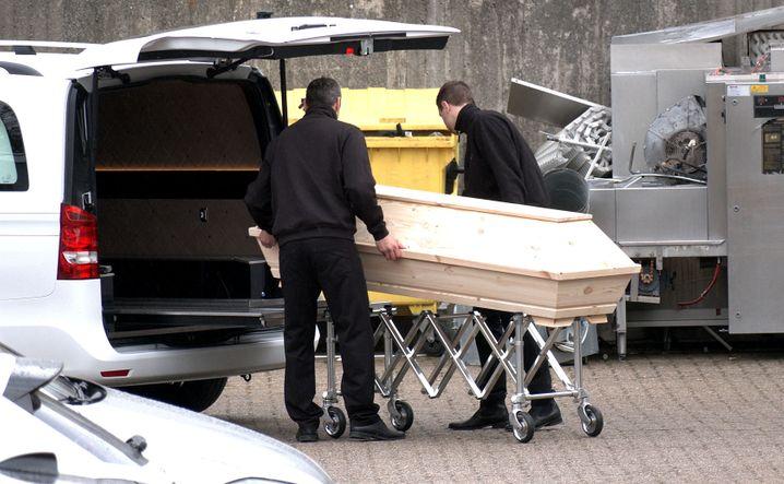 Corona-Alltag Ende März: Ein Sarg wird aus einem Altenheim in Wolfsburg abtransportiert