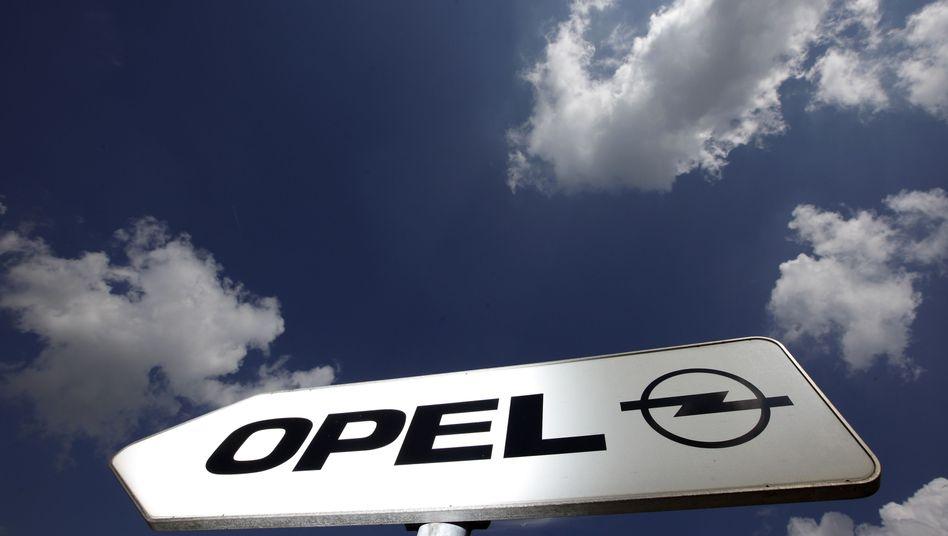 Wegweiser zur Opelzentrale in Rüsselsheim (Archiv)