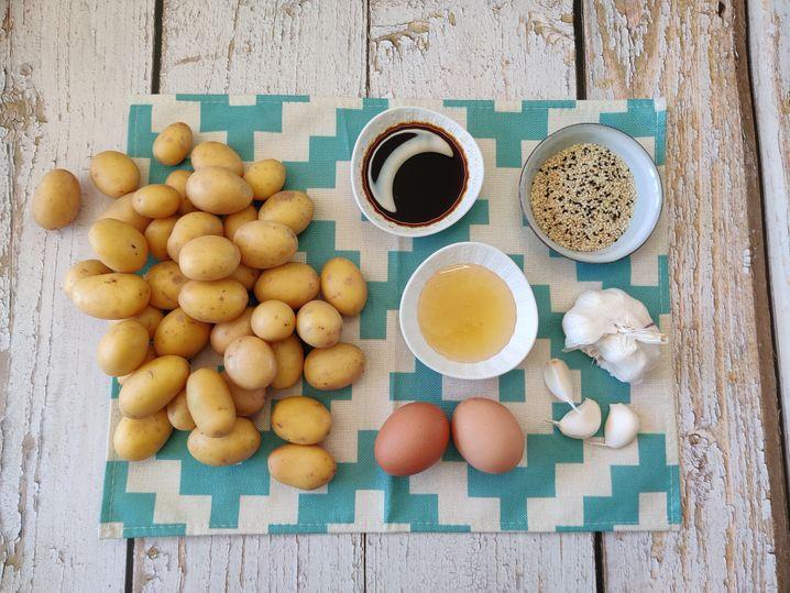 Kartoffeln, Sojasoße, Honig, Knoblauch und Sesam –mehr braucht man nicht. Die Freilandeier sind für die Beilage
