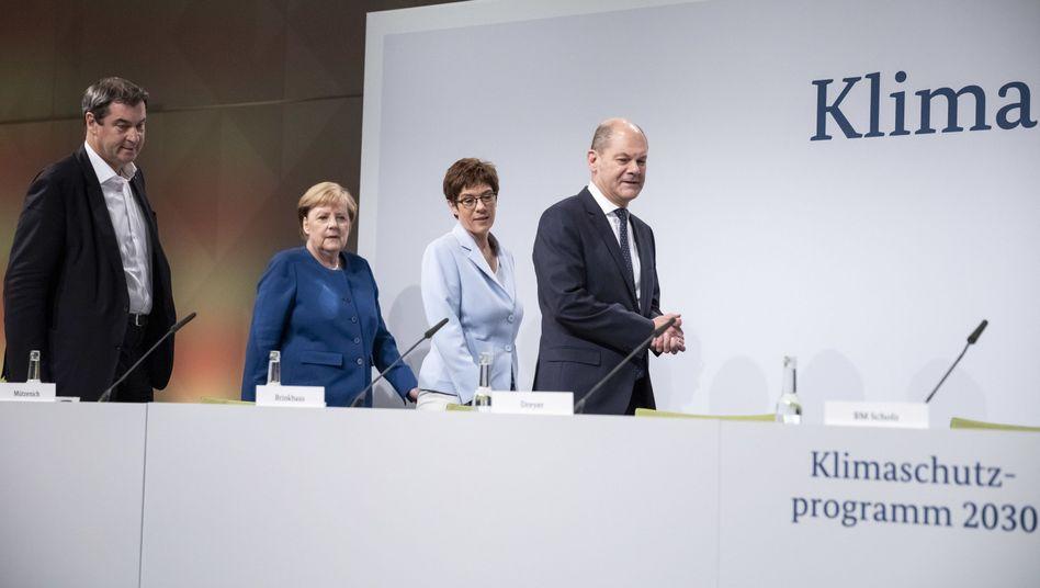 Kanzlerin Angela Merkel und zwei mögliche Nachfolger: Annegret Kramp-Karrenbauer und Olaf Scholz