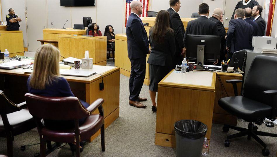 Die Ex-Polizistin (l.) nach dem Urteilsspruch, rechts sprechen die Anwälte beider Seiten mit der Richterin
