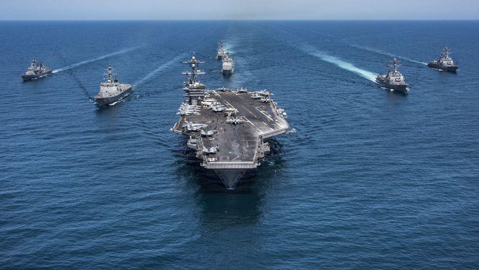 """US-Flugzeugträger """"Carl Vinson"""" mit amerikanischen und südkoreanischen Begleitschiffen im Westpazifik"""
