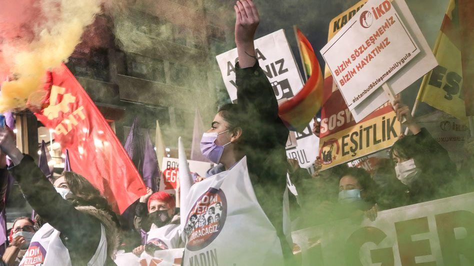 Frauen protestieren gegen den Ausstieg der Türkei aus der Istanbul-Konvention