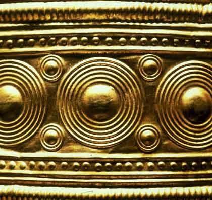 Sonnensymbole auf dem Berliner Kulthut: Astro-Code im Goldblech
