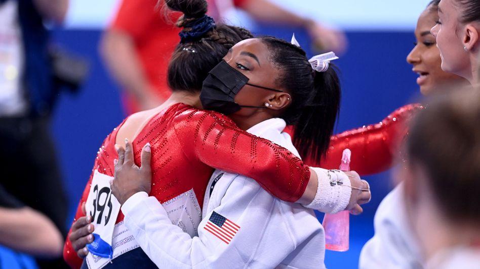 Simone Biles (r.) umarmt ihre Teamkollegin Sunisa Lee