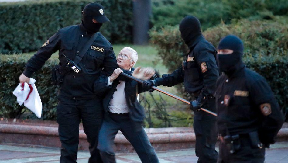 """Nina Baginskaja wehrt sich gegen Polizisten in Minsk: """"Ich wollte zumindest ein kleines Zeichen gegen diese Banditen setzen"""""""