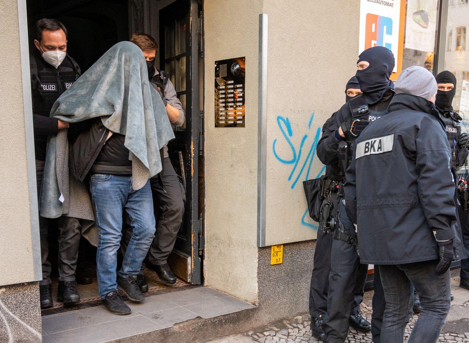 Großrazzia gegen Clankriminalität - Drogen- und Waffenhandel
