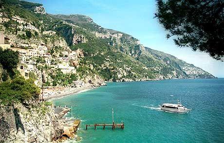 Kleine Fähren bringen Besucher von Positano zur Insel Capri