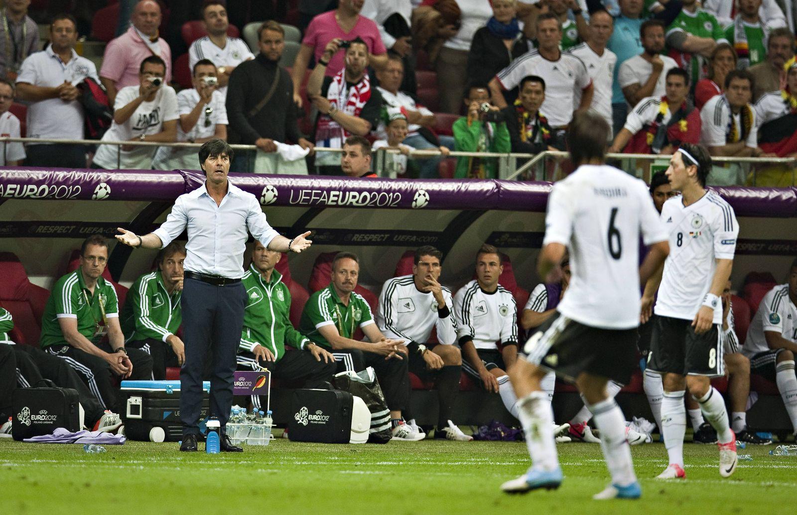 Warschau 28 06 2012 Trainer Joachim Löw mit Mesut Özil R und Sami Khedira alle Deutschland Deut
