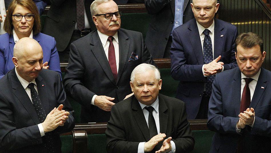 PiS-Parteichef Jaroslaw Kaczynski und Minister im Parlament in Warschau