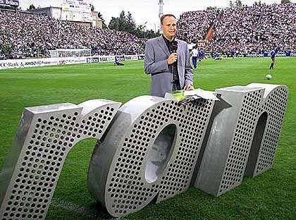 Silberner Flop 2001: Die Idee, erst ab 20.15 Uhr das Runde ins Eckige rollen zu lassen, löste bei Fußballfans ein gellendes Pfeifkonzert aus - klassisches Eigentor aus dem Hause Kirch.