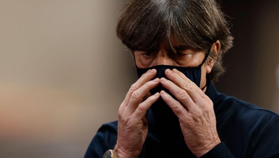 Joachim Löw hätte sich in Sevilla am liebsten komplett hinter der Maske versteckt