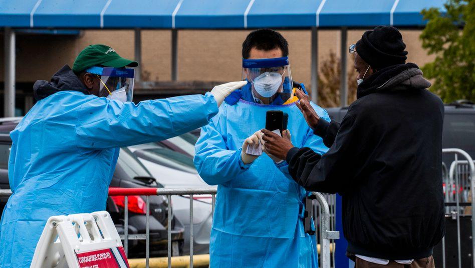 Vor dem United Medical Center im Südosten von Washington DC können sich Bürger der Hauptstadt auf das Coronavirus testen lassen