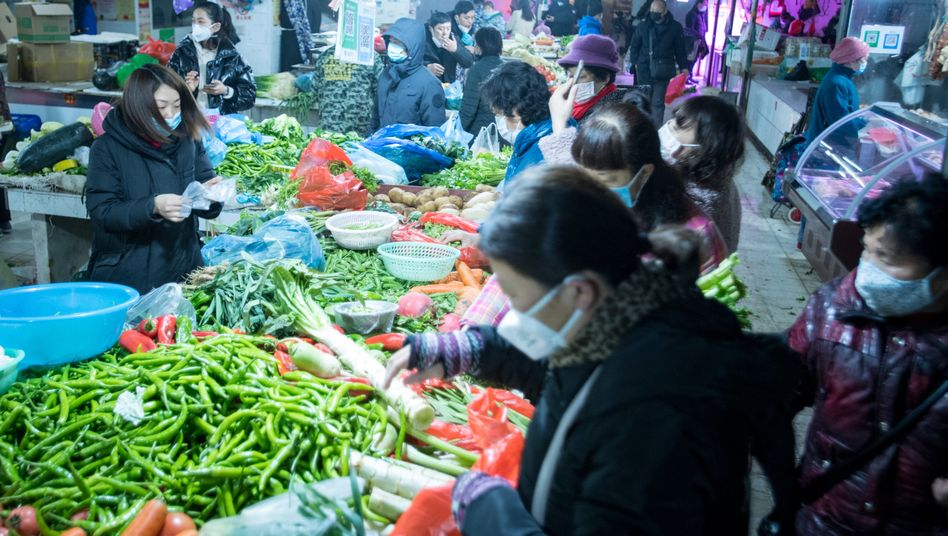 Bürger Wuhans kaufen im Januar 2020 Gemüse auf einem Markt