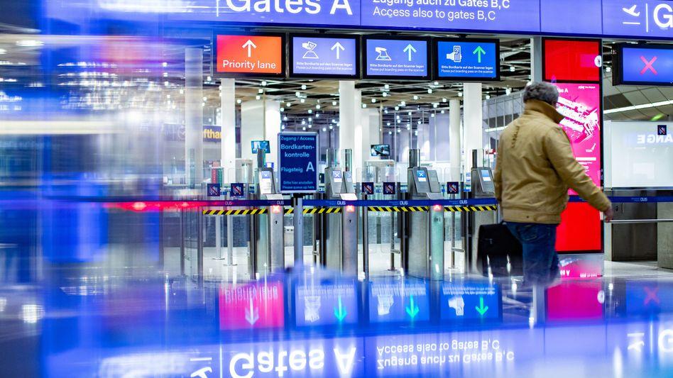 Geschlossene Sicherheitskontrolle am Flughafen Düsseldorf
