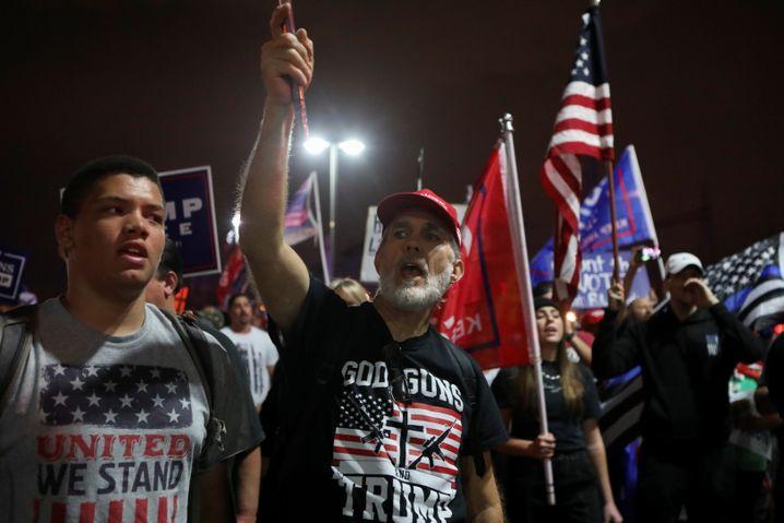 Kampf bis zuletzt: Trump-Fans vor dem Wahlzentrum von Phoenix