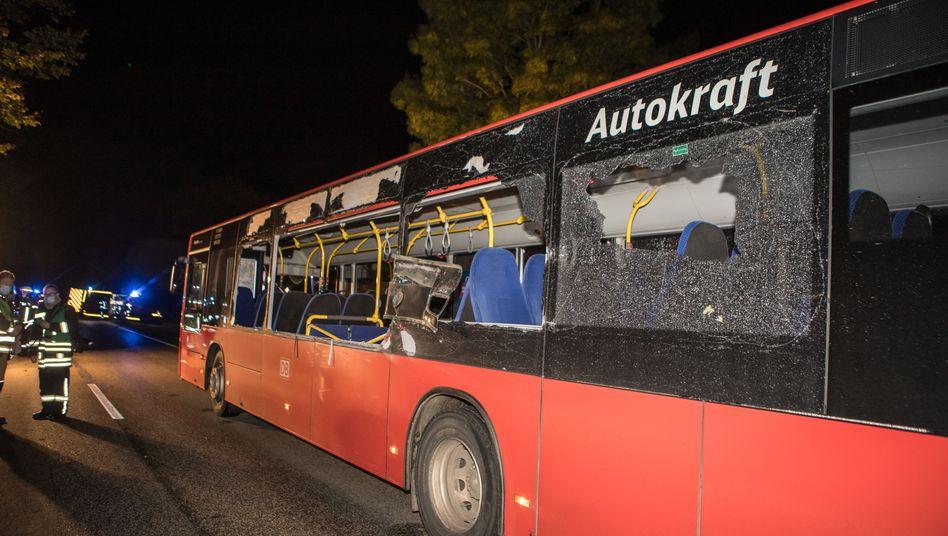 Linienbus mit zerstörten Scheiben: Tödlicher Unfall in Mözen