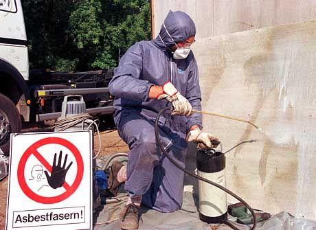 Um den gefährlichen Staub beim Abriss asbestverseuchter Gebäude zu neutralisieren, werden die Teile mit Wasser bestäubt