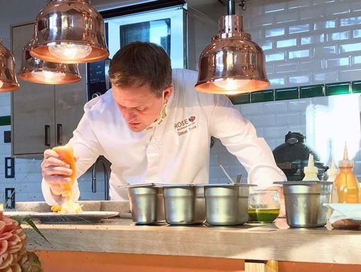 """Simon Tress in der Küche seines Restaurants """"1950"""". Sein Motto lautet: bio, echt, fein"""