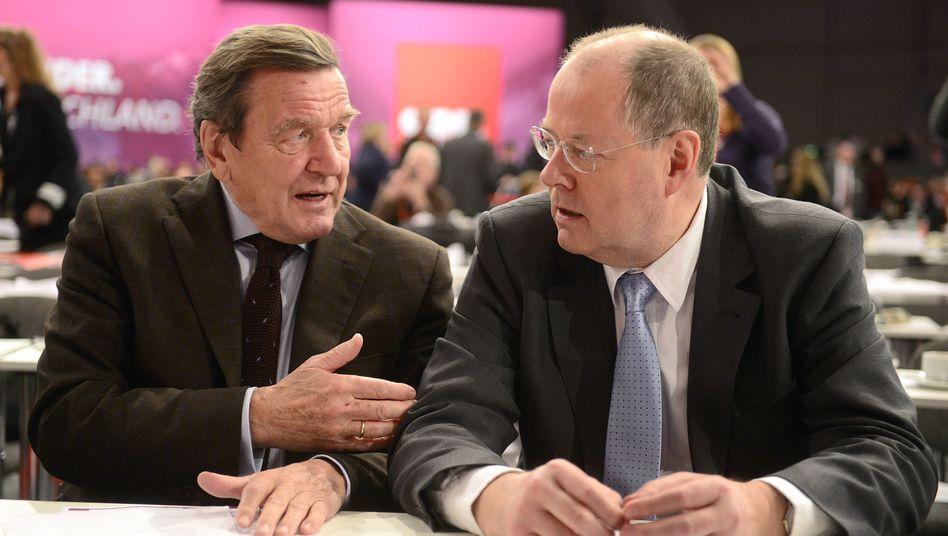 Altkanzler Schröder (l.) und Steinbrück: Bezahlung für Politiker zu gering