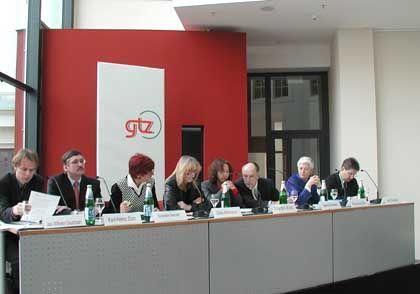 Trinkwasser-Debatte der GTZ in Berlin, in der Bildmitte die Staatssekretärinnen Gila Altmann und Uschi Eid