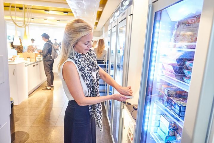 Tui-Mitarbeiterin Marianne Stjernvall nutzt den implantierten Mikrochip am Snackautomaten in der Firma