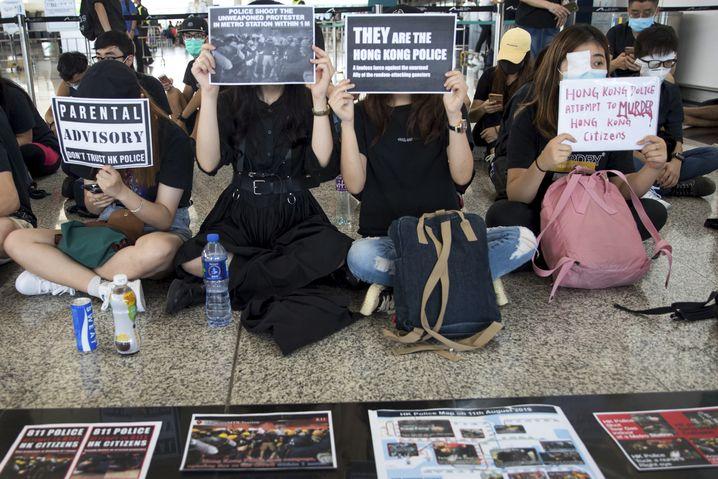 Demonstranten beim Protest im Flughafen von Hongkong