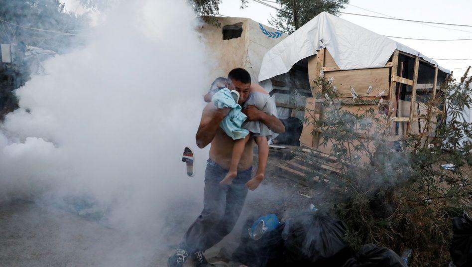 Menschen versuchen, aus dem Flüchtlingslager Moria zu fliehen