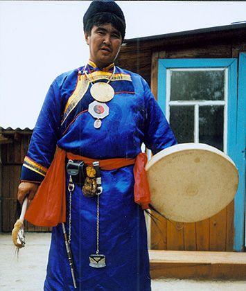 Der eingängige Rhythmus der Trommel hilft dem Schamanen, sich in Trance zu versetzen und spielt bei allen Ritualen eine wesentliche Rolle. Stirbt ein Schamane, wird seine Trommel zerschnitten oder zerstört, damit er sich von der Erde verabschieden kann