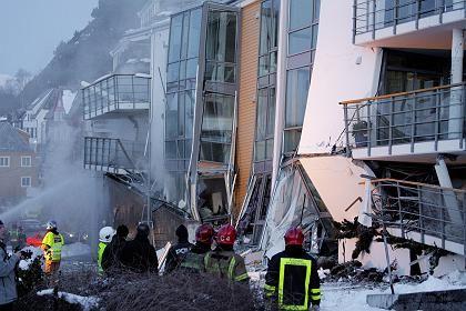 Rettungskräfte an der Unglücksstelle: Sechs Menschen werden vermisst