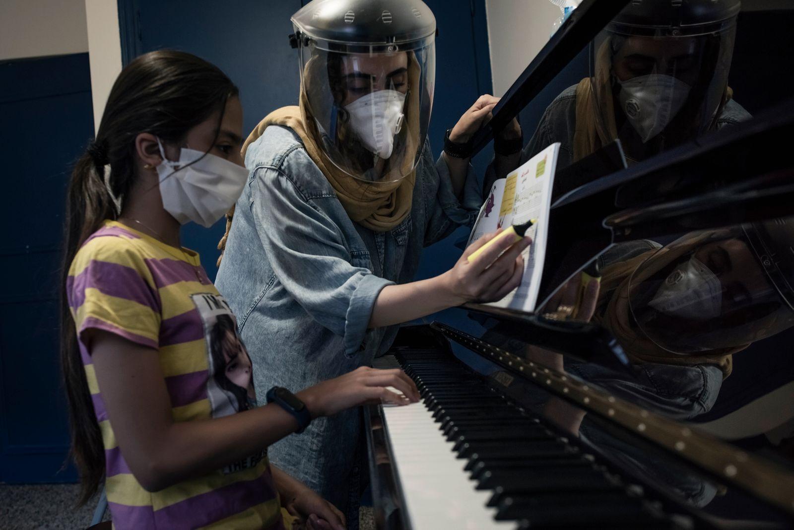 Mojde, The piano teacher
