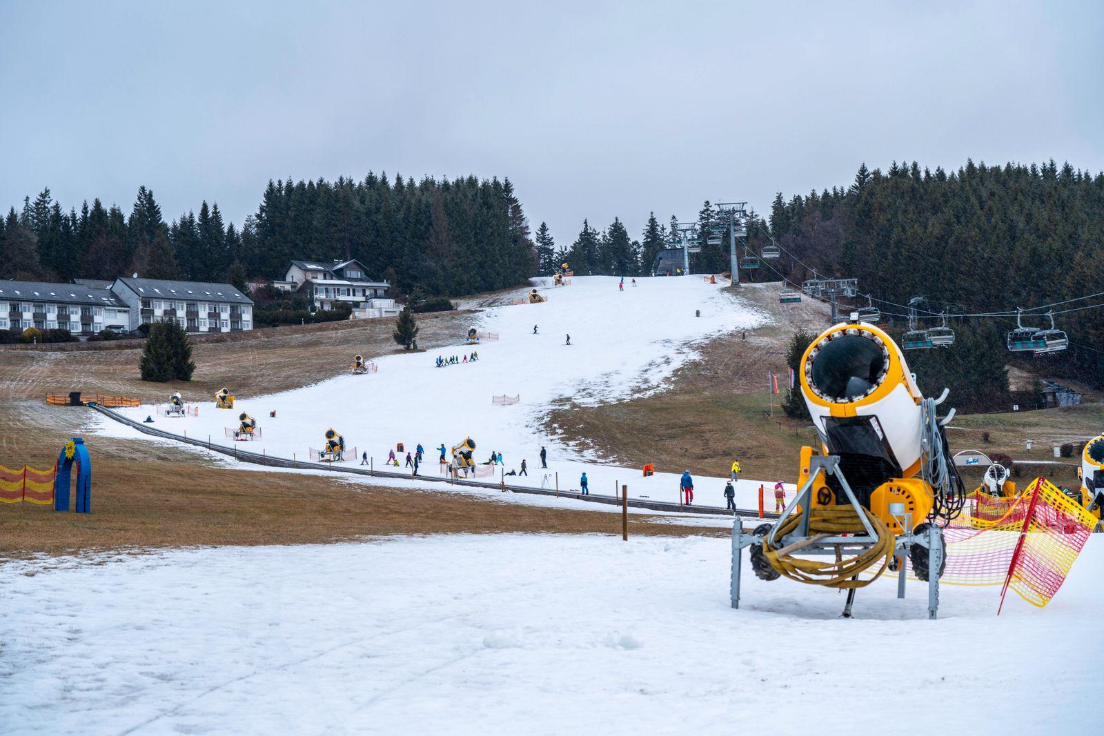 Anfänger Skigebiet Ritzhagen, mit Kunstschnee betrieben, aus Schneekanonen, Willingen, Sauerland, Hessen, Deutschland, *