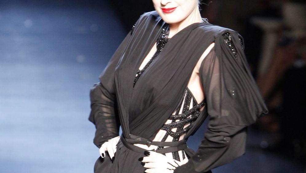 Meister und Muse: Dita von Teese strippt für Gaultier