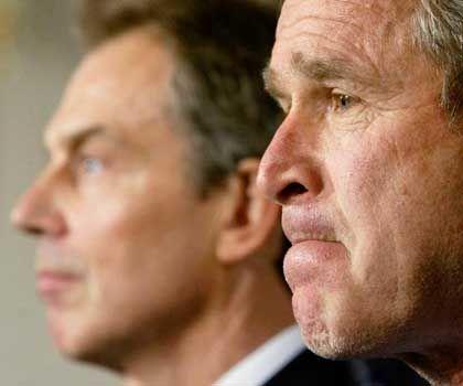 Tony Blair und George W. Bush: Zweifel an den wahren Kriegsgründen