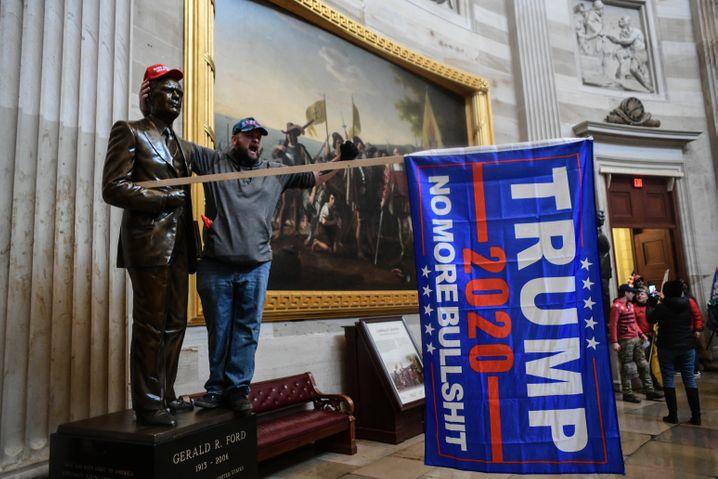 Trump-Anhänger in der Ehrenhalle des Kapitol