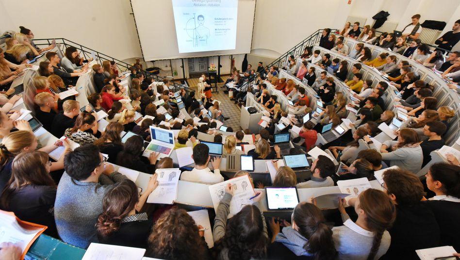 Medizin- und Zahnmedizinstudenten in einem Anatomie-Hörsaal der Medizinischen Fakultät an der Martin-Luther-Universität in Halle (Saale)