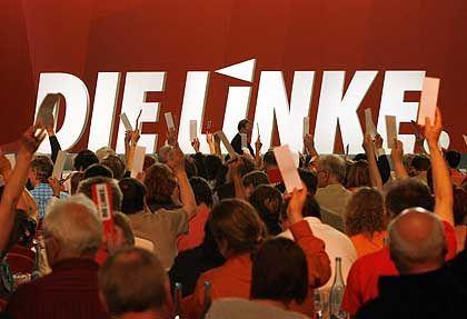 """Karte hoch: Delegierte der neuen Partei """"Die Linke"""" stimmen über das Präsidium ab"""