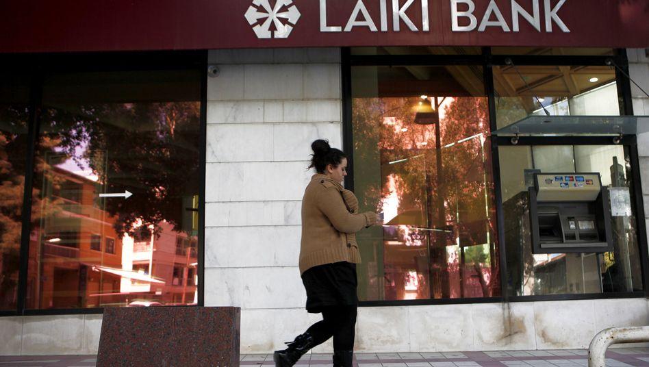 Passantin vor Bank in Nikosia, Zypern: Rückzahlungen von circa zehn Milliarden Euro