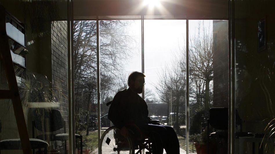 Mann im Rollstuhl: Immenser Druck der Kranken- und Rentenversicherung