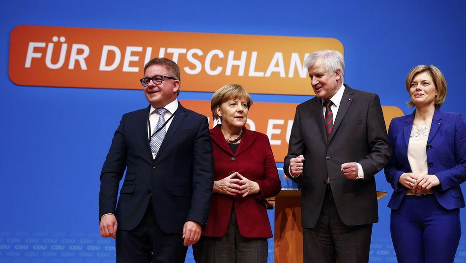 Triumph in Karlsruhe: Merkel mit Seehofer, Baden-Württembergs Spitzenkandidat Wolf (l.) und Julia Klöckner, der CDU-Chefin von Rheinland-Pfalz
