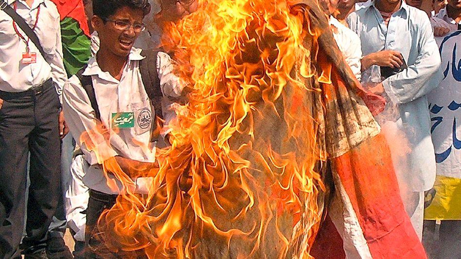 Pakistanische Studenten verbrennen 2008 eine dänische Flagge: Rache für den Propheten