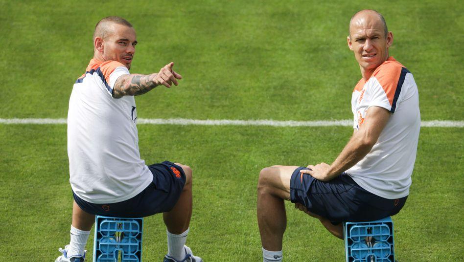 Wesley Sneijder und Arjen Robben, hier bei der WM 2014, könnten bald wieder gemeinsam auf dem Fußballfeld stehen (Archivbild)