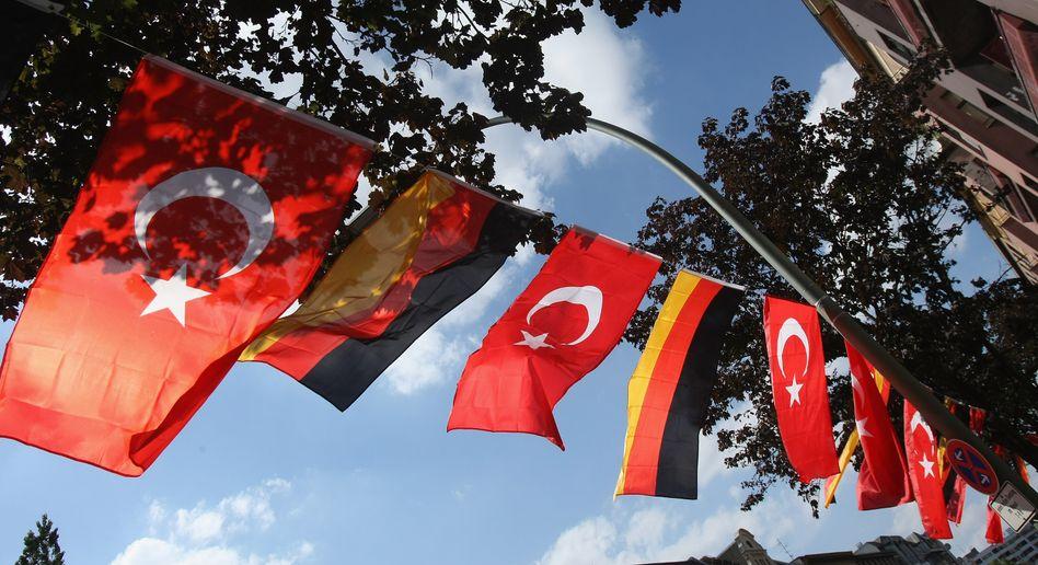 """Türkische und deutsche Flaggen in Berlin-Kreuzberg: CSU """"sagt klar nein"""""""
