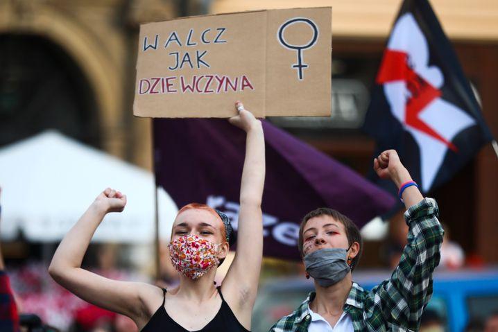 Dones a Polònia que protesten contra la violència domèstica.  Volen una millor protecció del govern.