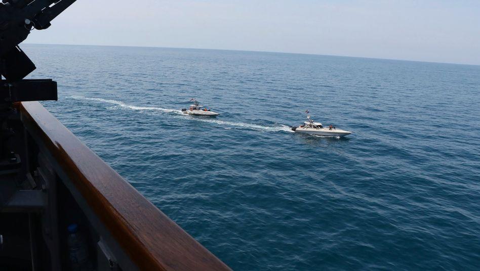 Dieses von der US-Marine zur Verfügung gestellte Foto zeigt Schiffe der iranischen Revolutionsgarde in der Nähe von Schiffen des US-Militärs im Persischen Golf bei Kuwait