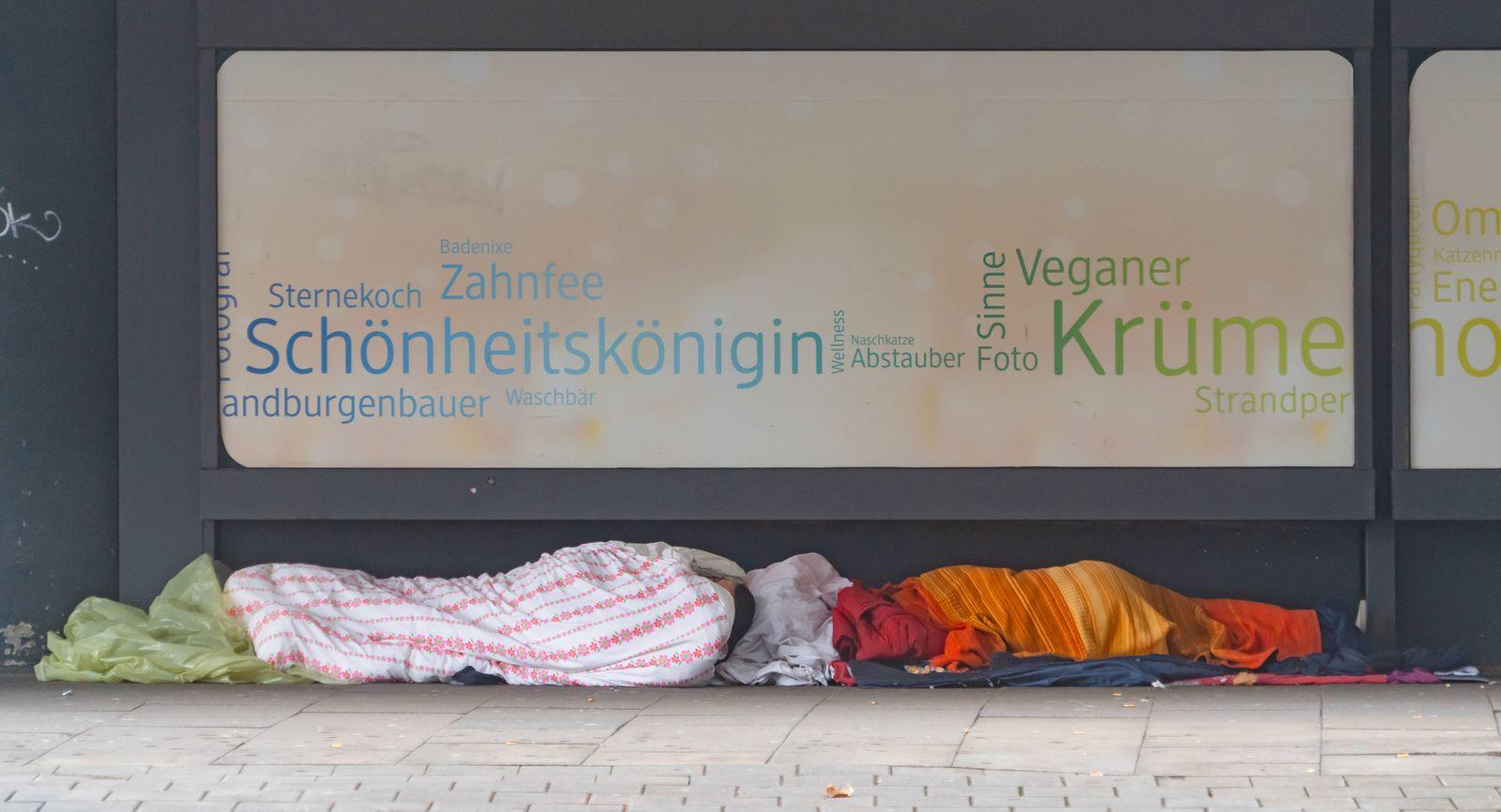 Innenstadt Hamburg während des Corona-Lockdown im Dezember 2020 - Obdachloser liegt an einer Wand vom ehemaligen Kaufhau
