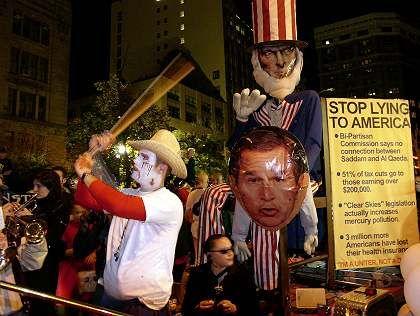 Anti-Bush-Protest bei einer Halloween-Prozession in New York